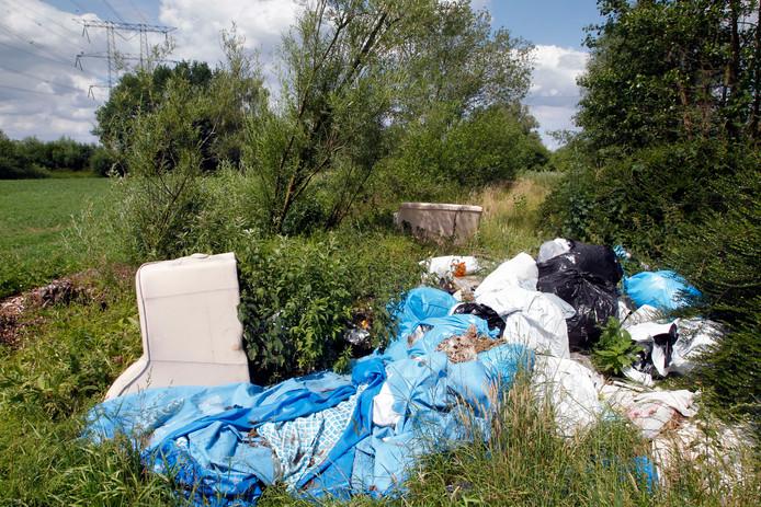 Een archieffoto van afval-dumping in Helmond.