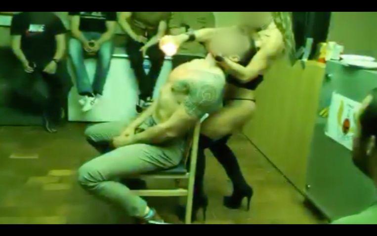 Een beeld van het strippersfeestje in de kazerne van Tielen. Beeld VTM