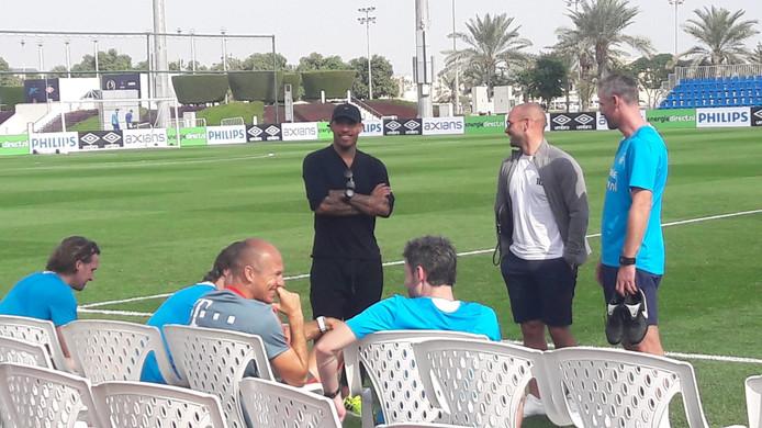 Nigel de Jong, Wesley Sneijder en Arjen Robben bezoeken de training van PSV.