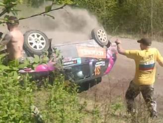 Toeschouwer heeft goede engelbewaarder wanneer rallywagen crasht