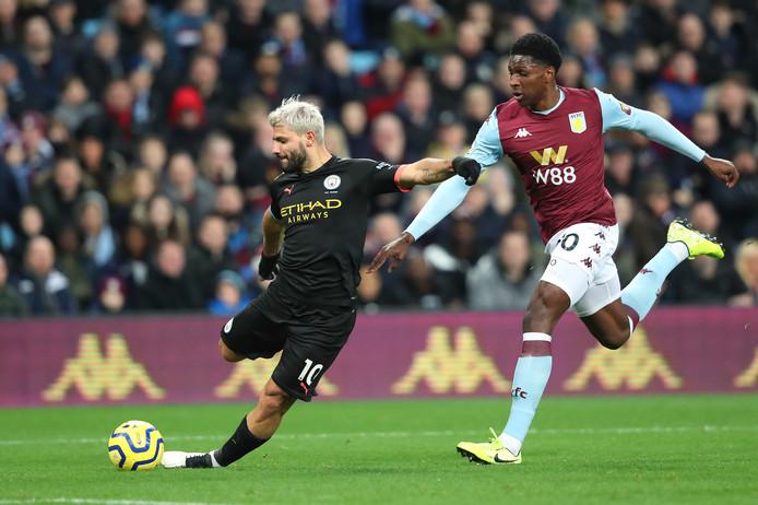 Sergio Agüero haalt uit tegen Aston Villa.