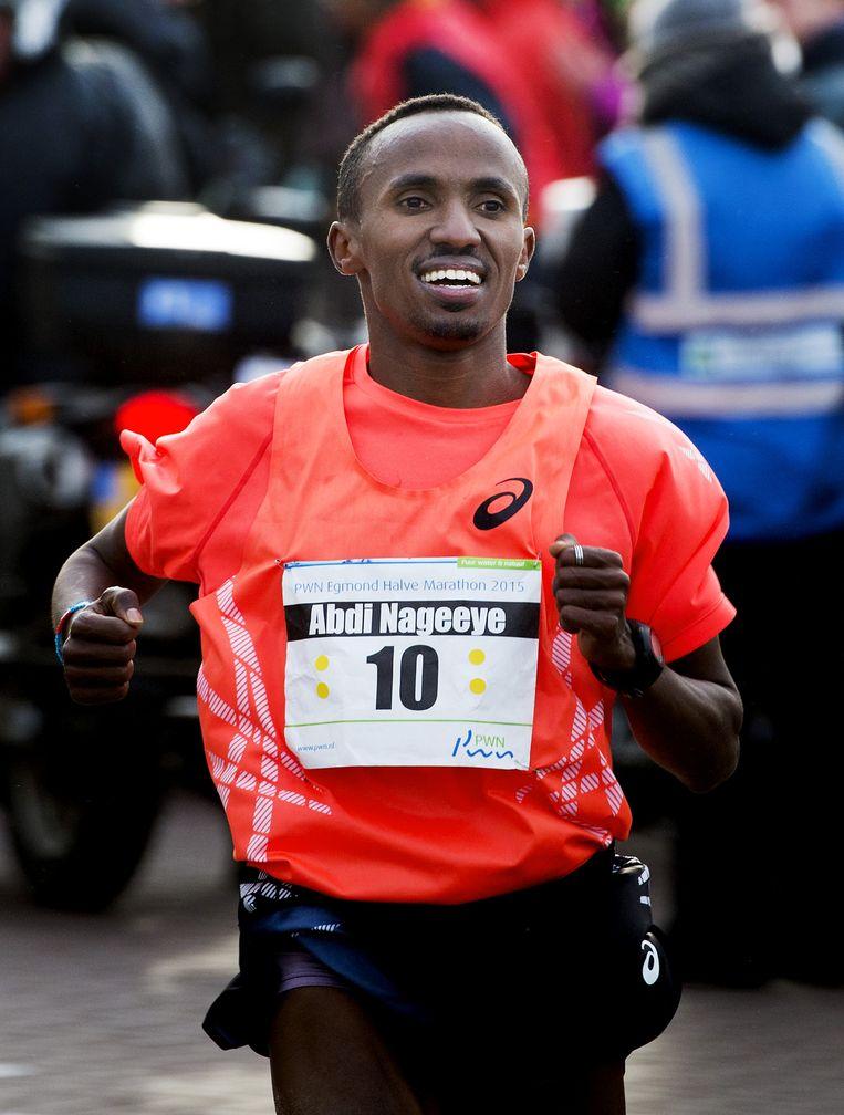 De beste Nederlandse atleet Abdi Nageeye komt over de finish van de PWN Egmond Halve Marathon in januari. Nageeye werd met 1.03,59 vierde Beeld anp
