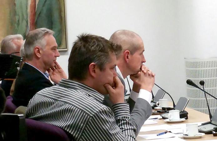 Directeur Burghout (rechts) van de Mestkorrelfabriek luistert naar het betoog van Wil Vermeulen. Foto Freek Verhulst