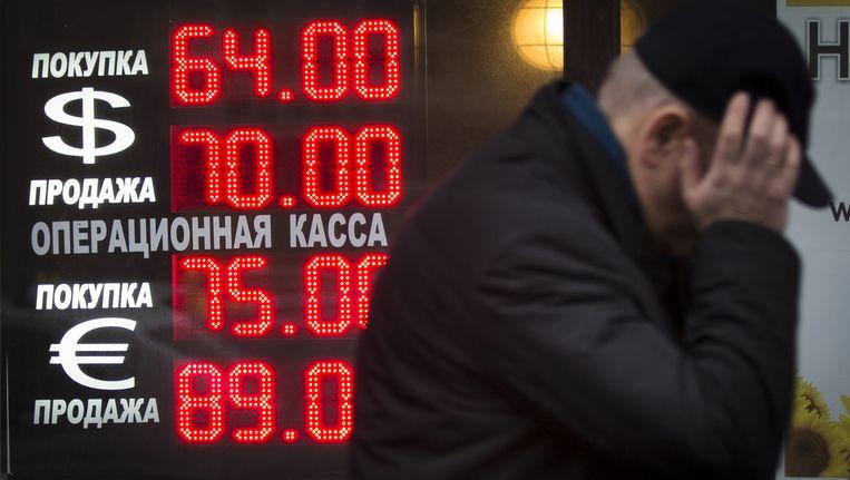 Vladimir Poetin heeft kopzorgen. Zoals de Sovjet-Unie vroeger is zijn Rusland maar net zo sterk als de olieprijs. Beeld AP