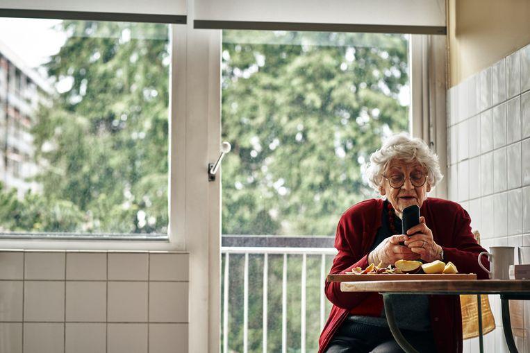 Paula Sémer in haar appartementje in Watermaal-Bosvoorde. 'Ik heb mijn computer, het nieuws en mijn mail- en briefwisselingen, de dagen vliegen zo voorbij.' Beeld Thomas Nolf