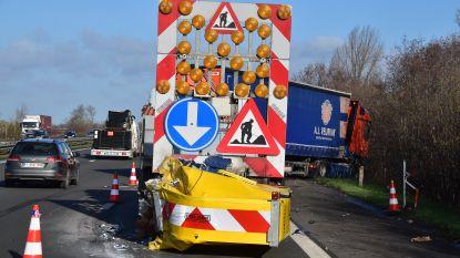 Eerste ongeval na twintig jaar: verraste trucker rijdt in op signalisatiewagen