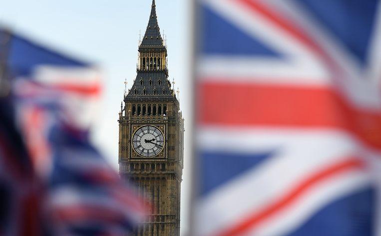 De Big Ben in Londen, met op de voorgrond de Britse Union Jack. Beeld EPA