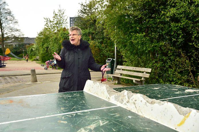 Janet Everling bij de vernielde betonnen tafeltennistafel.
