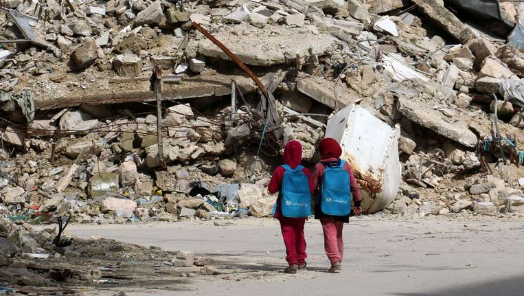 Syrische meisjes onderweg van school naar huis in Aleppo. Beeld afp