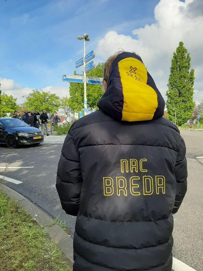 NAC supporter wacht op spelersbus in Booschenhoofd