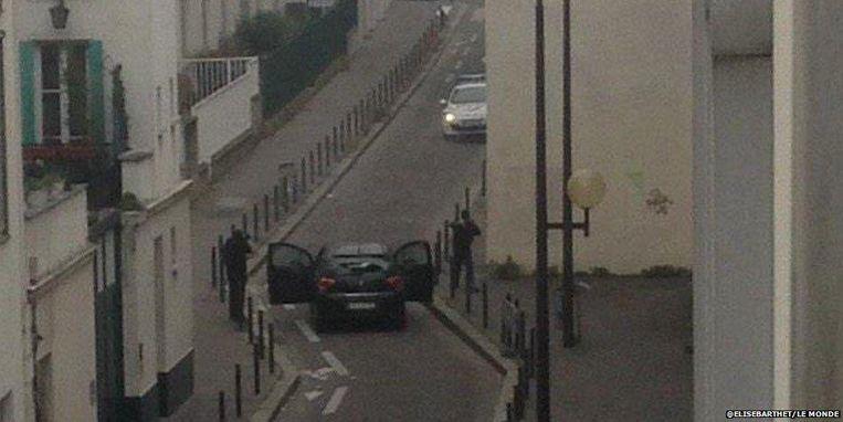 Een foto toont hoe twee aanvallers van de aanslag de confrontatie aangaan met de politie.