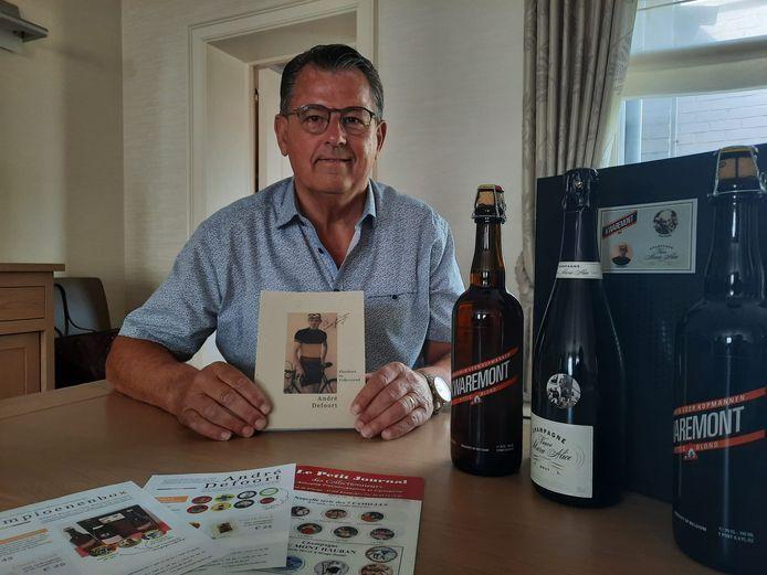 Marc Vercruysse bij de Kampioenenbox die hij verkoopt. Hij zette de verkoop op poten om een boek te kunnen uitbrengen over wielerheld André Defoort.
