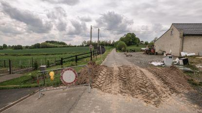 Franse landbouwer rijdt berg aarde plat die grensovergang sluit