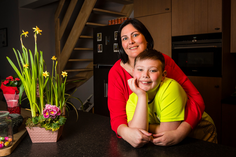 Mama Kim De Putter en haar zoon Liam. Beeld Gregory Van Gansen / Photo News