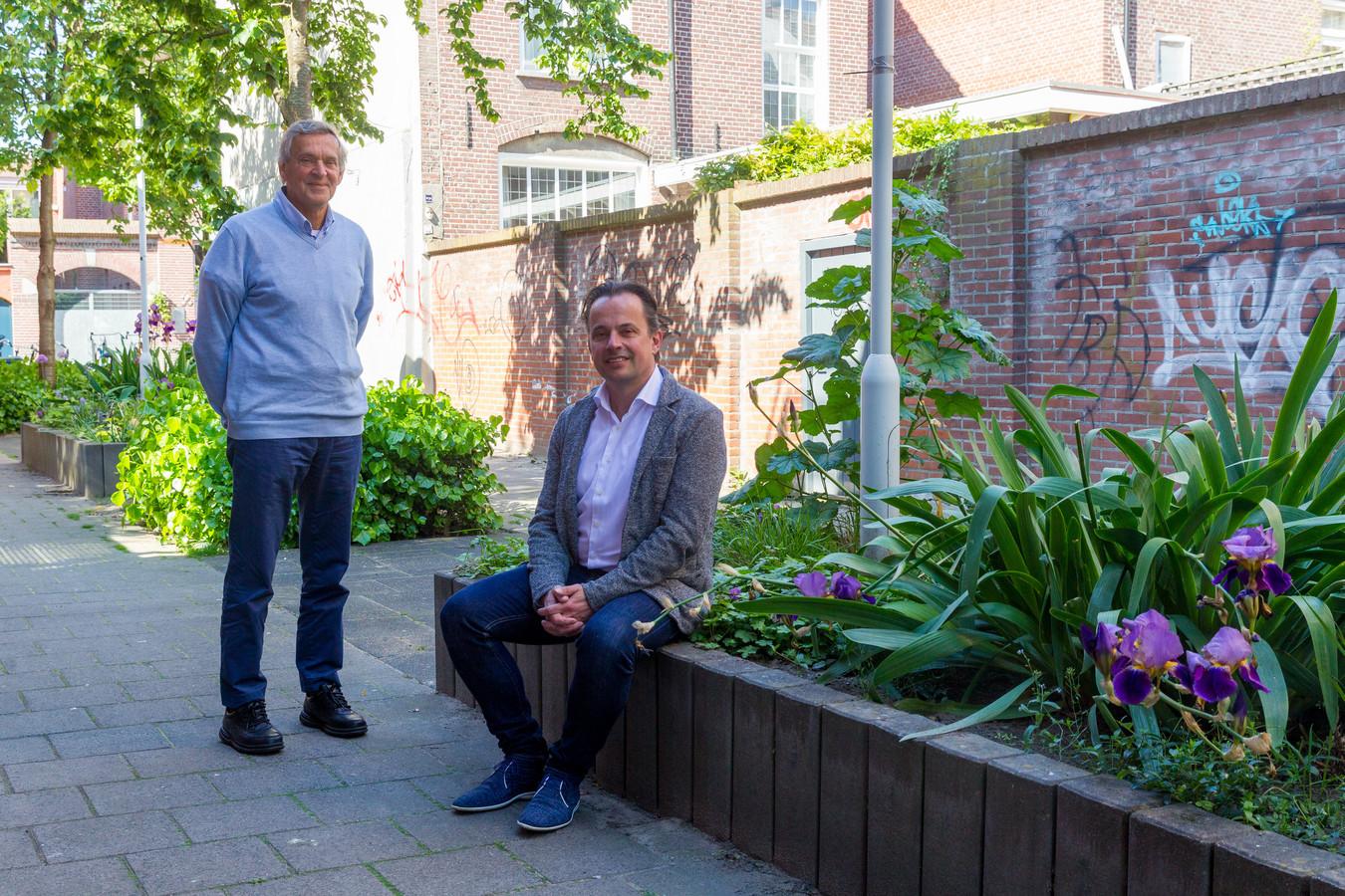 Ton van Campen (links) en Jeroen Pijnenburg van de stichting Eindhoven in Contact vormen een 'coalitie' tegen eenzaamheid.