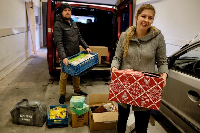 Joyce en Jim Schuil hopen zo'n 75 huishoudens die het niet breed hebben, te voorzien van kerstpakketten.