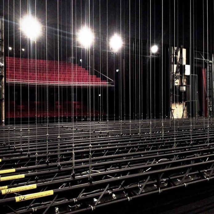 Het podium van het Stadstheater Zoetermeer, met de trekkenwand waaraan de decors hangen.