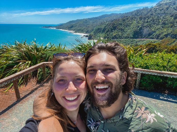Iñas & Julie op weg naar Pancake Rocks aan de westkust van het Zuidereiland.