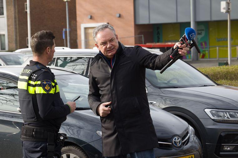 Een van de kerkgangers in Krimpen aan den IJssel viel een journalist van RTV Rijnmond in de rug aan en schopte hem in zijn maag.  Beeld Arie Kievit