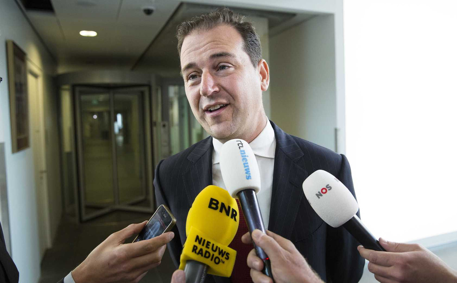 Minister Lodewijk Asscher van Sociale Zaken spreekt met de pers na afloop van het begrotingsoverleg in het Ministerie van Financien.