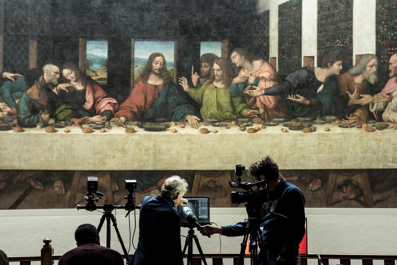 Jean-Pierre Isbouts toont op het scherm hoe de hyperspectrale camera van Imec de verschillende lagen van het werk analyseert. Beeld Tine Schoemaker