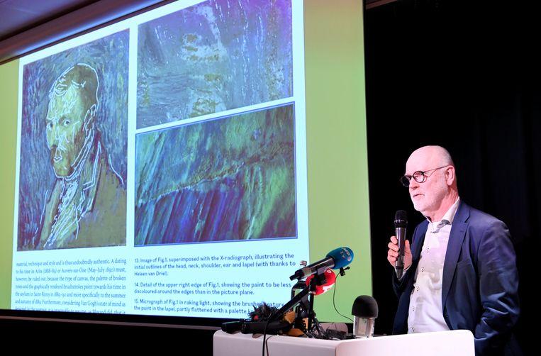 Onderzoeker Louis van Tilborgh bij de persconferentie over het zelfportret van Van Gogh. Beeld REUTERS