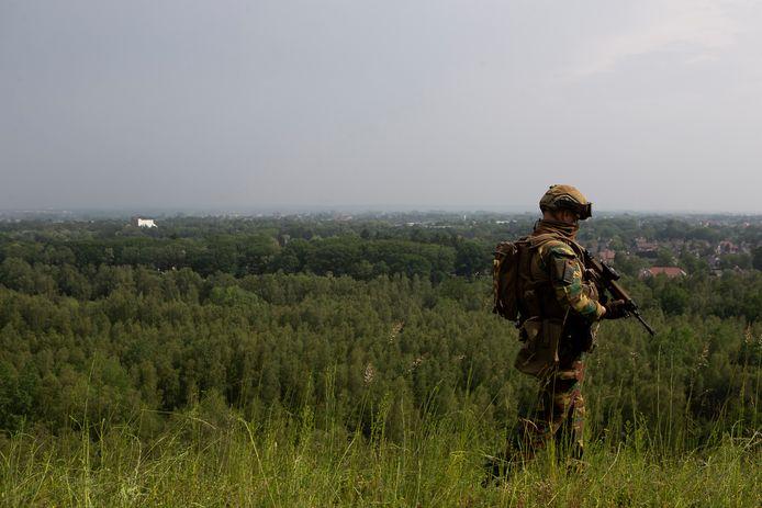 Een militair op patrouille in het natuurpark Hoge Kempen.