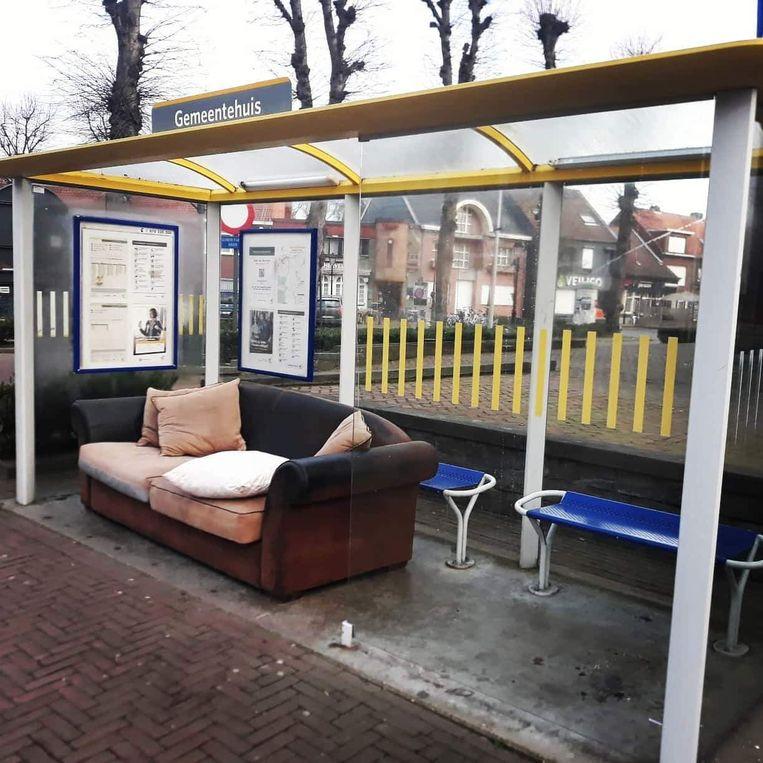 Deze zetel stond maandag in een bushalte aan het gemeentehuis.