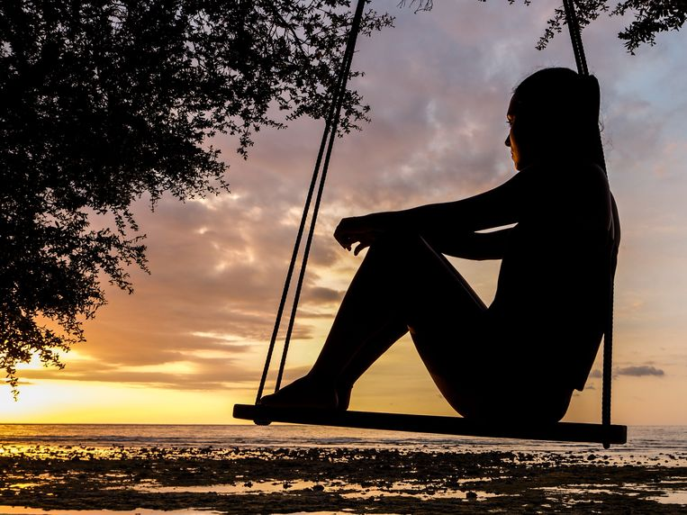 Silhouette of Woman on Swing during Golden Hour Beeld Pexels