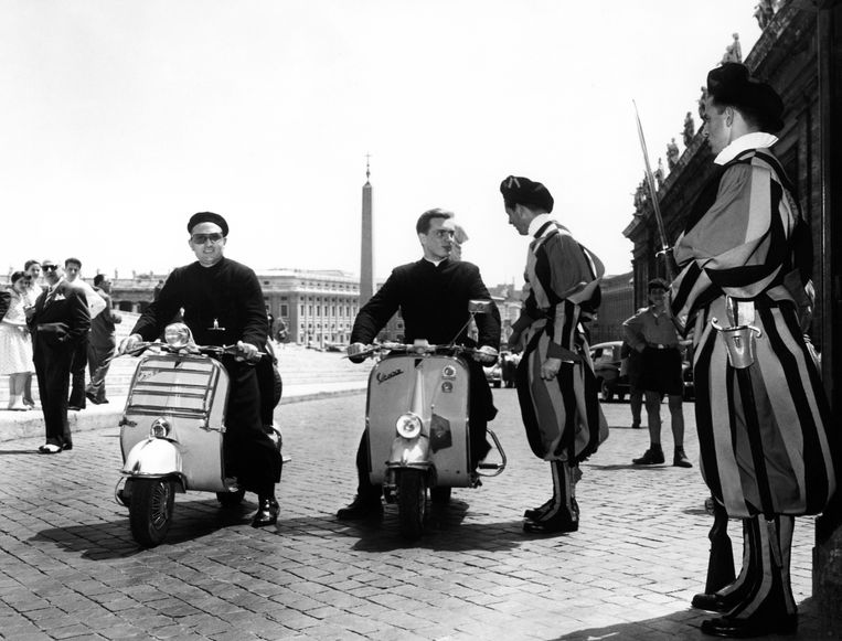 Priesters en leden van de Zwitserse Garde op Vespa's, in Rome, 1957. Beeld Touring Club Italiano/Marka/Univ