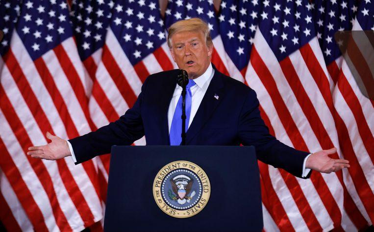 President Donald Trump spreekt het Amerikaanse volk toe vanuit het Witte Huis in de vroege uren van 4 november. Beeld REUTERS