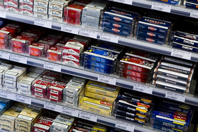 Sigaretten en andere rookwaar in de schappen van de supermarkt.