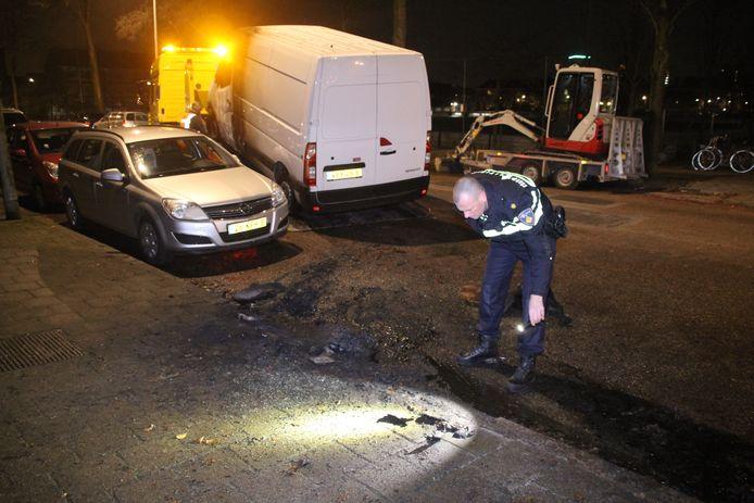 Een bestelbus werd in de Jan van Beersstraat in brand gestoken.