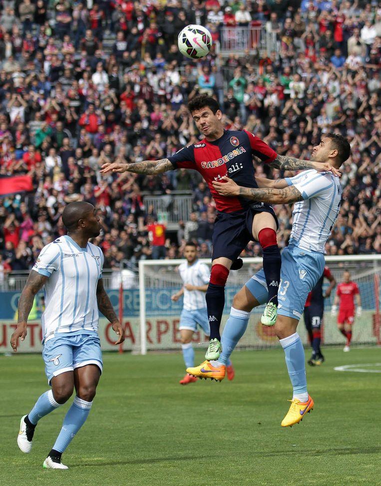 Edson Braafheid (l) maakte tegen Cagliari zijn rentree na lang blessureleed. Beeld AP
