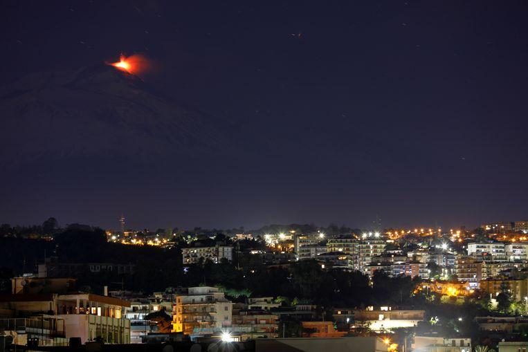De actiefste vulkaan van Europa verlicht de sterrenhemel boven de Italiaanse stad Catania. De uitbarstingen van de Etna zorgden de afgelopen weken niet alleen voor mooie plaatjes maar ook voor een laagje as in de omliggende Siciliaanse dorpen.  Beeld REUTERS