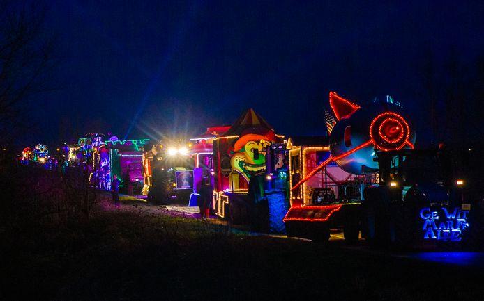 Tijdens de avondoptocht in Boven-Leeuwen zijn de carnavalswagens altijd verlicht.