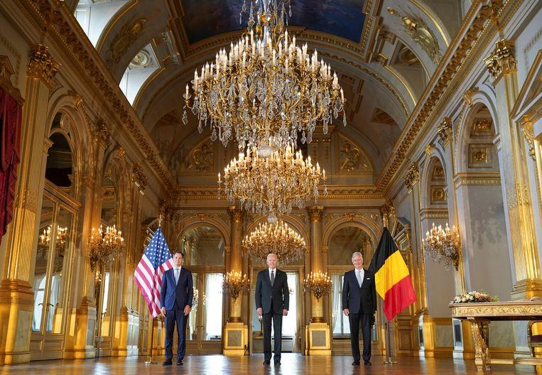 Koning Filip (R) ontving vandaag Amerikaans president Joe Biden (C) op het Paleis, in het gezelschap van premier De Croo. Beeld REUTERS