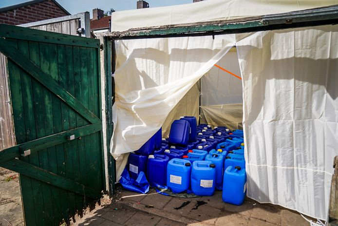 De vaten met zoutzuur en zwavelzuur - grondstoffen voor de productie van synthetische drugs - lagen in een partytent in de achtertuin.