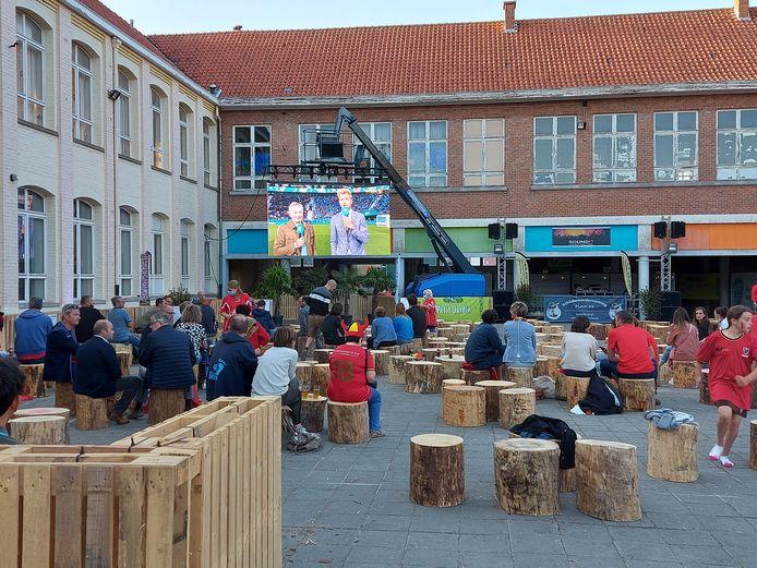 Supporters vieren overwinning Rode Duivels in bubbels in Popcorner.be op de Vroonhofsite.