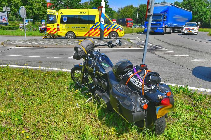 De motorrijder zou op de rotonde bij de kruising van de N397 en Schadewijk in Eersel onderuit zijn gegaan over een olie- of dieselspoor op de weg.