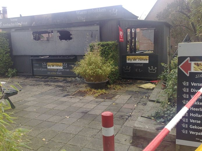 Een friettent aan het Oranjeplein in Veere werd in de de nacht van vrijdag op zaterdag verwoest door een korte, uitslaande brand. foto Annemarie Zevenbergen