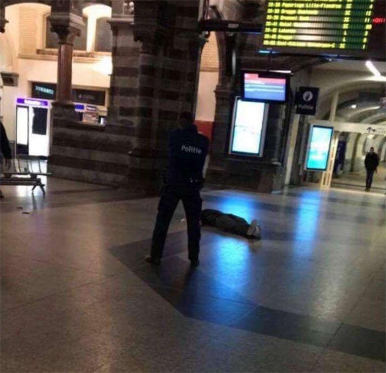 Een agent houdt de verdachte onder schot. Beeld Helminho/Snapchat