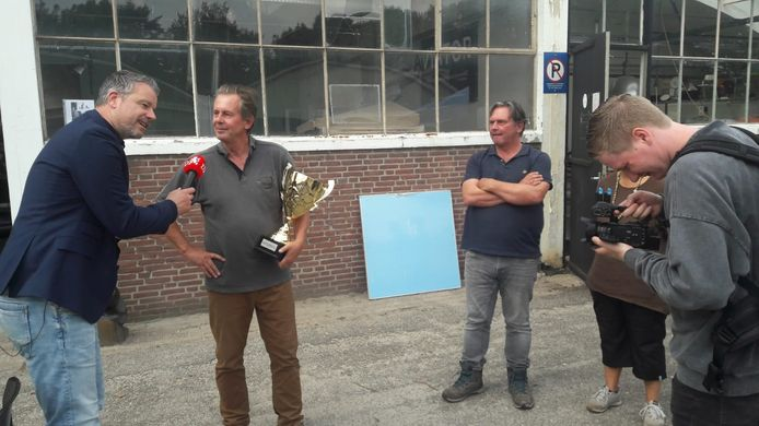 Winnaar van Brabants Lekkerste Bier is White Ipa van Bourgogne Kruis uit Oosterhout. De gebroeders Thuring (rechts) zijn dolgelukkig. Jurylid Rob Scheepers (links) rijkt de prijs uit.