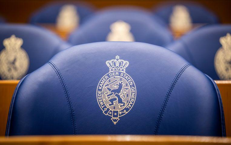 Lege stoelen in de plenaire zaal van de Tweede Kamer. Beeld Freek van den Bergh