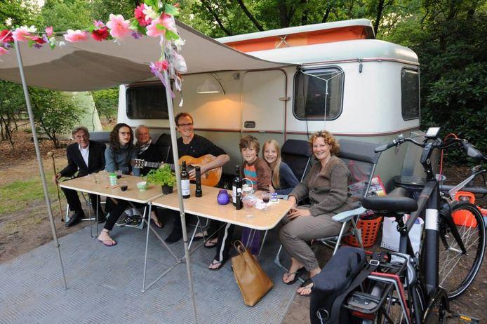 De Hagendoorns voor hun Eriba-caravan uit 1970. ,,Zelfs tentenmensen willen erin kamperen.'' foto Kevin Hagens