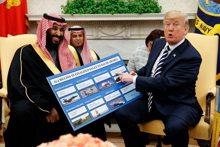 De Amerikaanse president Donald Trump en de Saoedische kroonprins Mohammed bin Salman op 14 mei 2018, met een overzicht van de wapens die door de VS aan Soedi-Arabië verkocht worden, goed voor een bedrag van 12,5 miljard dollar. Beeld AP
