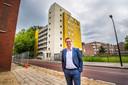 Directeur Wouter van Hemert van SJHT voor de verouderde studentenflat aan de Molenstraat, die plaatsmaakt voor twee nieuwe wooncomplexen voor jongeren.