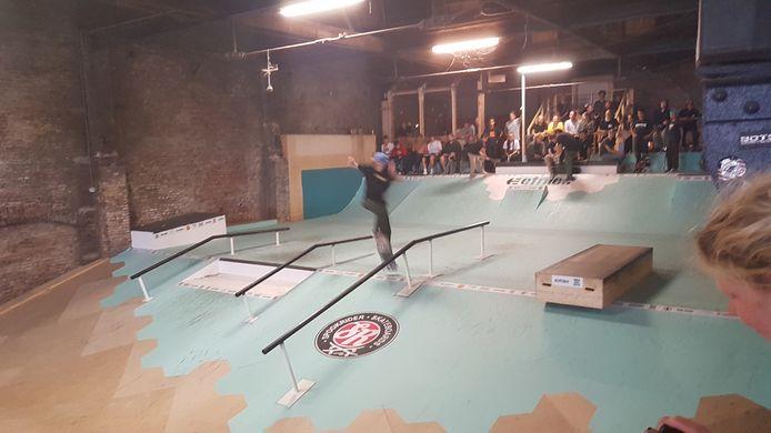De skaters toonden hun tricks op 'street'hindernissen