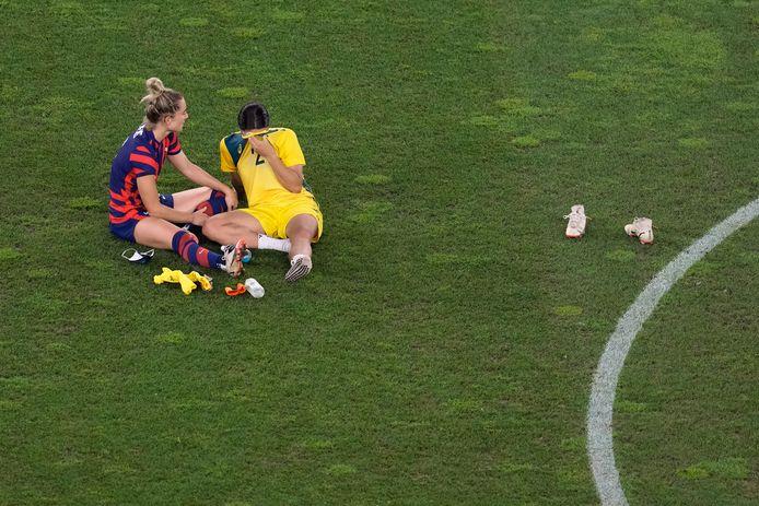 Sam Kerr huilt tranen met tuiten na de uitschakeling van de Australische voetbalsters. Ze wordt getroost door de Amerikaanse Kristie Mewis.
