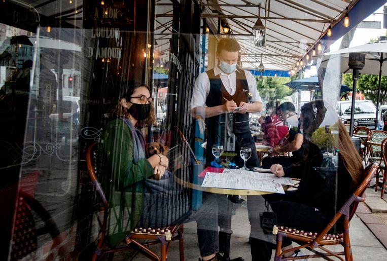 In veel Amerikaanse staten en steden is de lockdown afgebouwd, zoals in Los Angeles, waar restaurants en cafés weer open zijn.  Beeld Los Angeles Times via Getty Imag